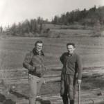 Dvaja muži na drevách