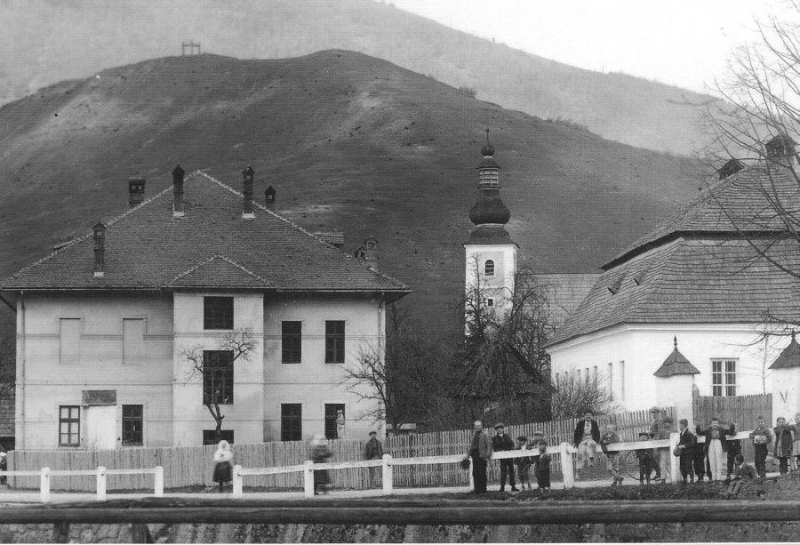 Stará škola v pozadí s Kostolom sv. Martina