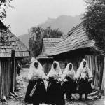 Ženy v uličke za Kultúrnym domom (Fotografia od Karola Plicku)