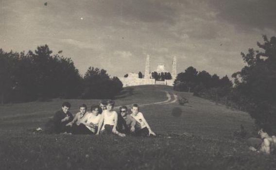 Výlet terchovských žiakov na Bradlo zo začiatku 60. rokov 20. storočia